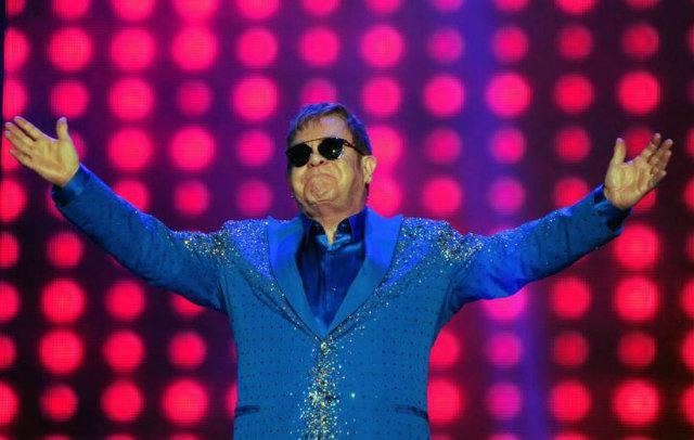 Elton John é atingido no palco por objeto atirado da plateia https://t.co/2xBWChXIJH
