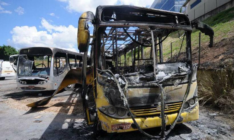 Ataques a ônibus são desafio para a polícia e geram prejuízos https://t.co/7aEquVgE3P