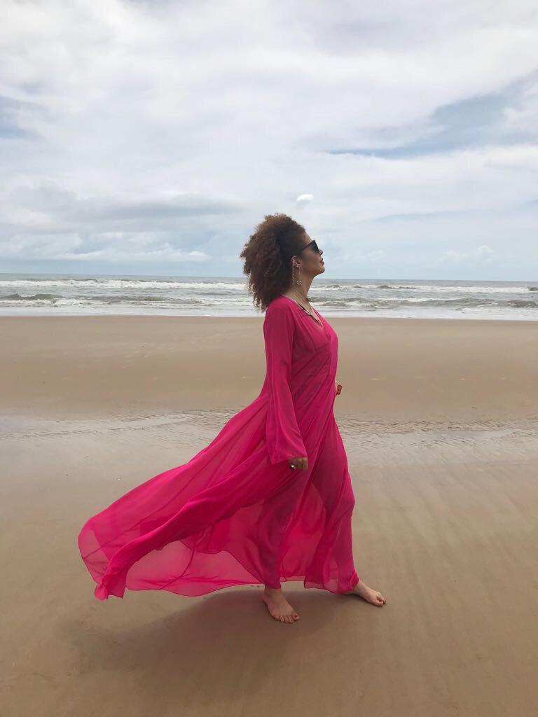 Vejo seu corpo nas praias do Rio Seu jeito de andar em Casa Blanca Seu perfume nos jardins da Holanda A Itália em sua feição Nunca mais vou estar sozinho Por onde ando reconheço o destino Por onde olho eu tenho esperanças Por onde inclino a minha direção tenho você  #EquipeVDM