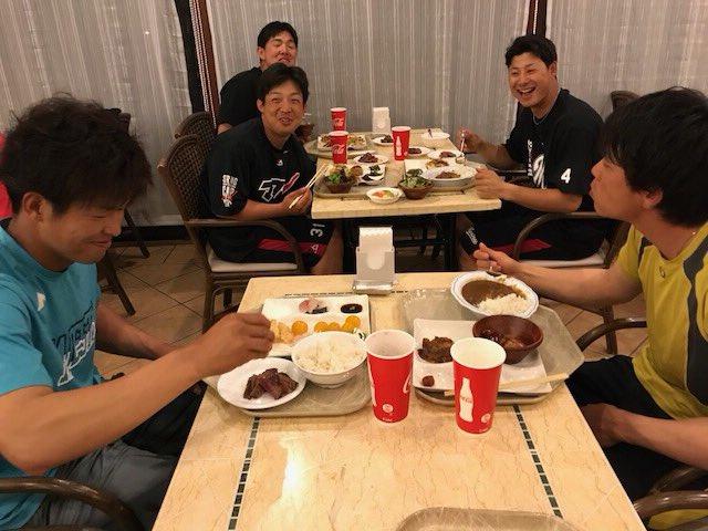 夕食会場は唯一のリラックスの場。中村、三木、藤岡裕、菅野、安田の5選手。充実した一日を象徴する写真だと思いますが、いかがでしょうか?(広報)  #2018年マリーンズ春季キャンプ #chibalotte