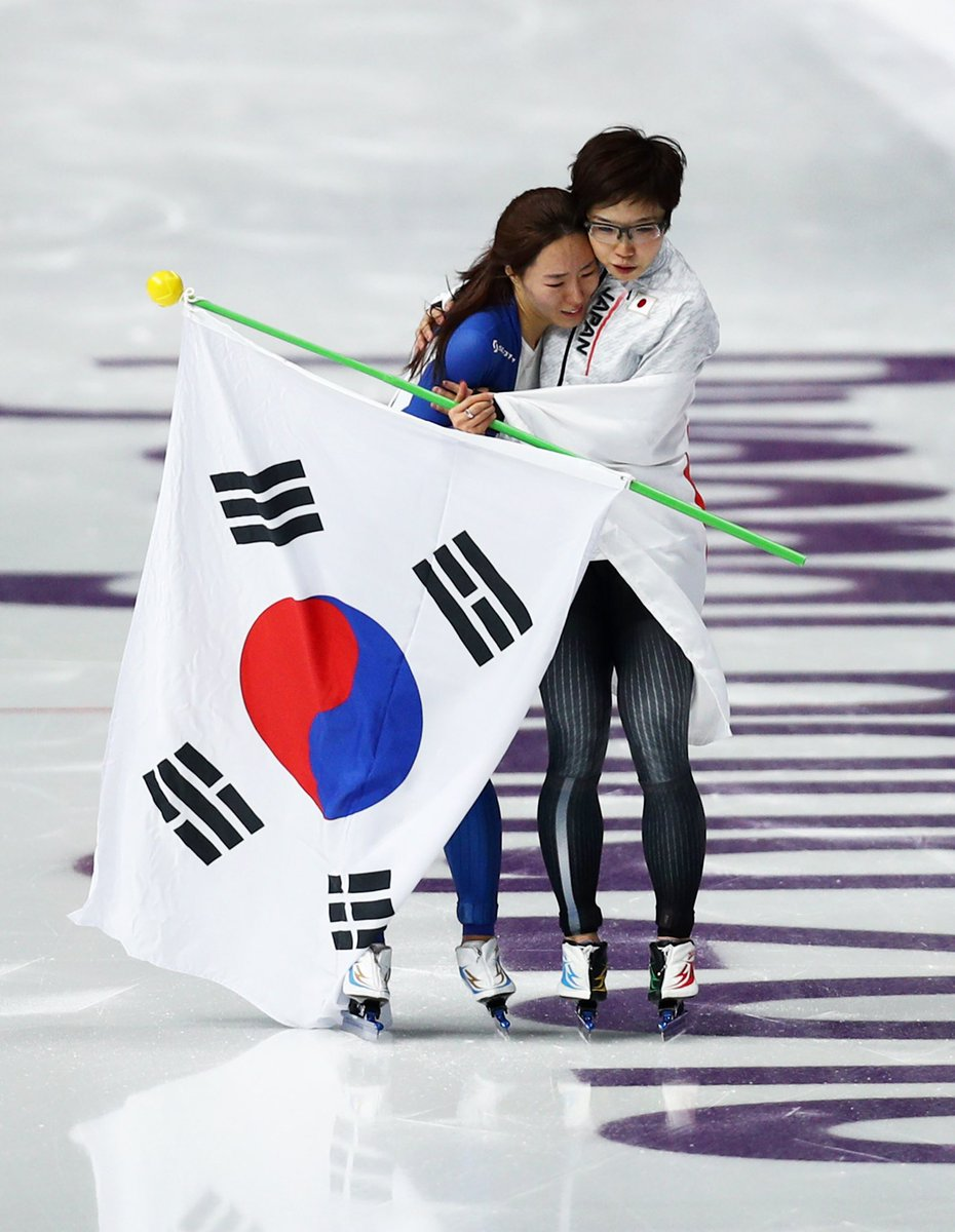 #スピードスケート 女子500mメダル獲得決定後、イ・サンファ選手と素晴らしい闘いを称えあった #小平奈緒 選手  #PyeongChang2018 #olympics