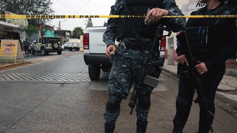 México: un campesino quema su casa tras...