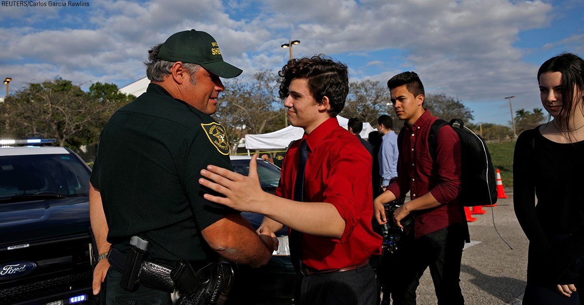 A group of students who said they were at Marjory Stoneman Douglas High School during the mass shooting showed their appreciation to law enforcement officers standing guard in front of the school. https://t.co/XPWGn9z4pR