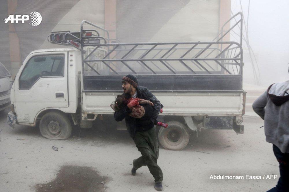 'Hier je suis parti le ventre vide. J'ai photographié trois massacres. En rentrant, il y avait de la nourriture à la maison, mais je n'ai rien pu avaler': dans l'enfer de la Ghouta, @abdfree2 suit les vivants sous les bombardements https://t.co/lfaKHGuUh2 #AFP