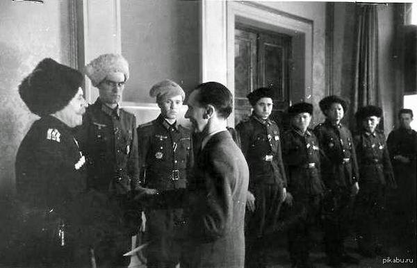 ПРОСТО ФАКТЫ Доктор Йозеф Геббельс вручает награды Рейха русским донским казакам, воевавшим на стороне Гитлера. Степан Бандера в это время арестован немцами за попытку провозглашения Украинского государства