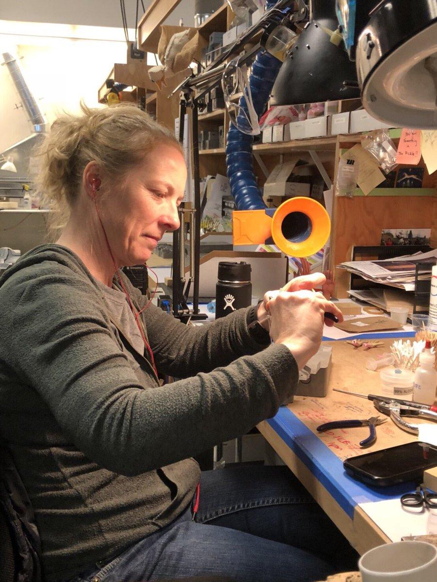 KUBO大ヒット🍁スタジオライカ訪問④ 人形の骨組みの中でも、手✋を制作しているレイチェルさん!彼女は手を作るエキスパート! 手というパーツひとつでも、膨大な数を作ります📝 #KUBO #クボ