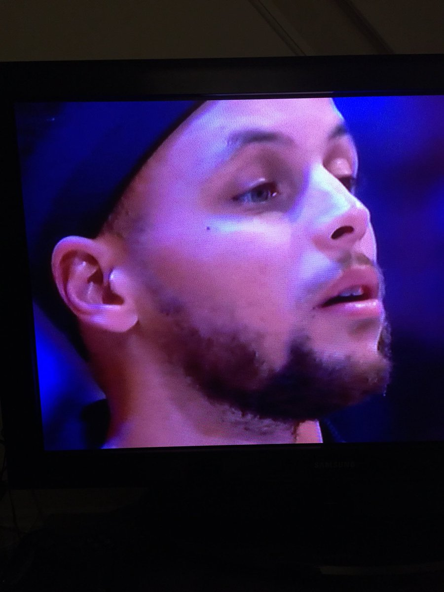 LMAO Steph Curry's face during Fergie's...