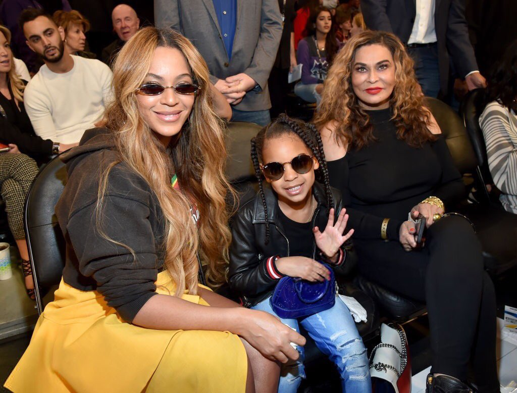 Blue is way too cool in her shades right now! � #NBAAllStarGame