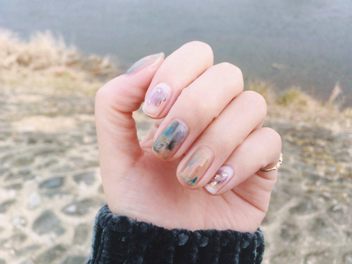 冬と春のあいだの色にしたい、とネイリストさんに三月のスウェーデンの風景画を見せたらこれ以上ない爪にしてくれた