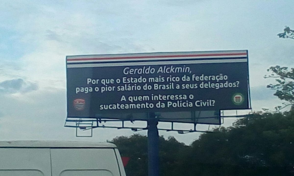 Nosso ouvinte David, de Guarulhos-SP, flagrou esse outdoor na Rodovia Presidente Dutra, bem na chegada à São Paulo.