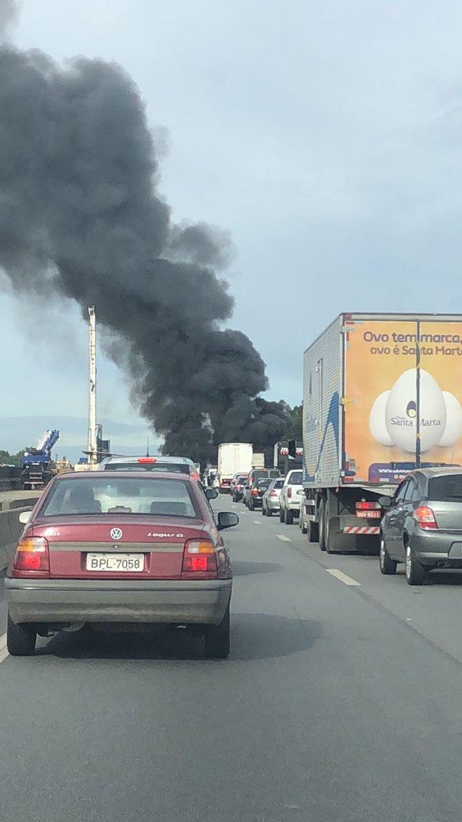 A Rodovia Presidente Dutra está totalmente parada, no sentido São Paulo, no km 213, por causa de uma manifestação com pneus incendiados. A foto é da ouvinte Solange Mantovani.