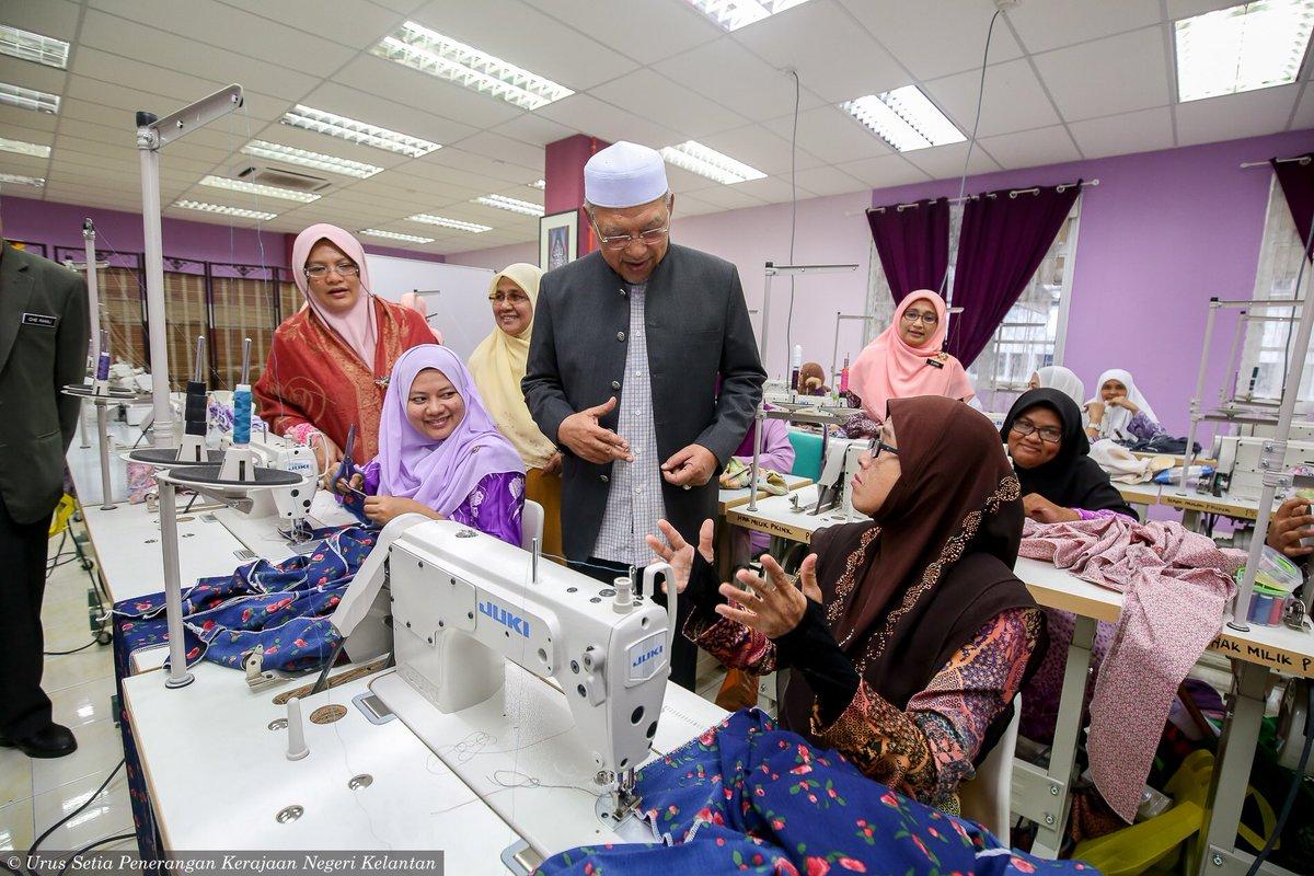 Menyempurnakan Pelancaran Pusat Latihan Wanita OKU & Armalah di Bazar Siti Aisyah pagi tadi. Pusat latihan berkenaan adalah sebagai suatu inisiatif Kerajaan Negeri dengan kerjasama PKINK dan Kementerian Kewangan Malaysia dalam membantu membangunkan ekonomi wanita OKU dan Armalah.