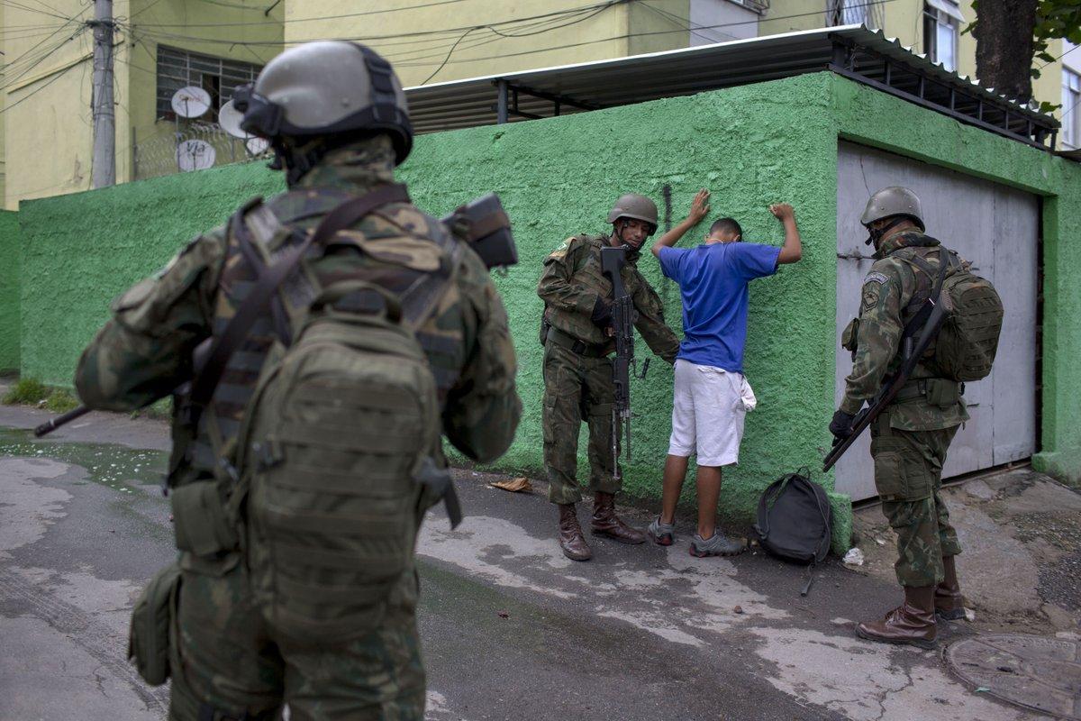 Intervenção militar no Rio gera temor em moradores de favelas https://t.co/pI5Duna2Oc