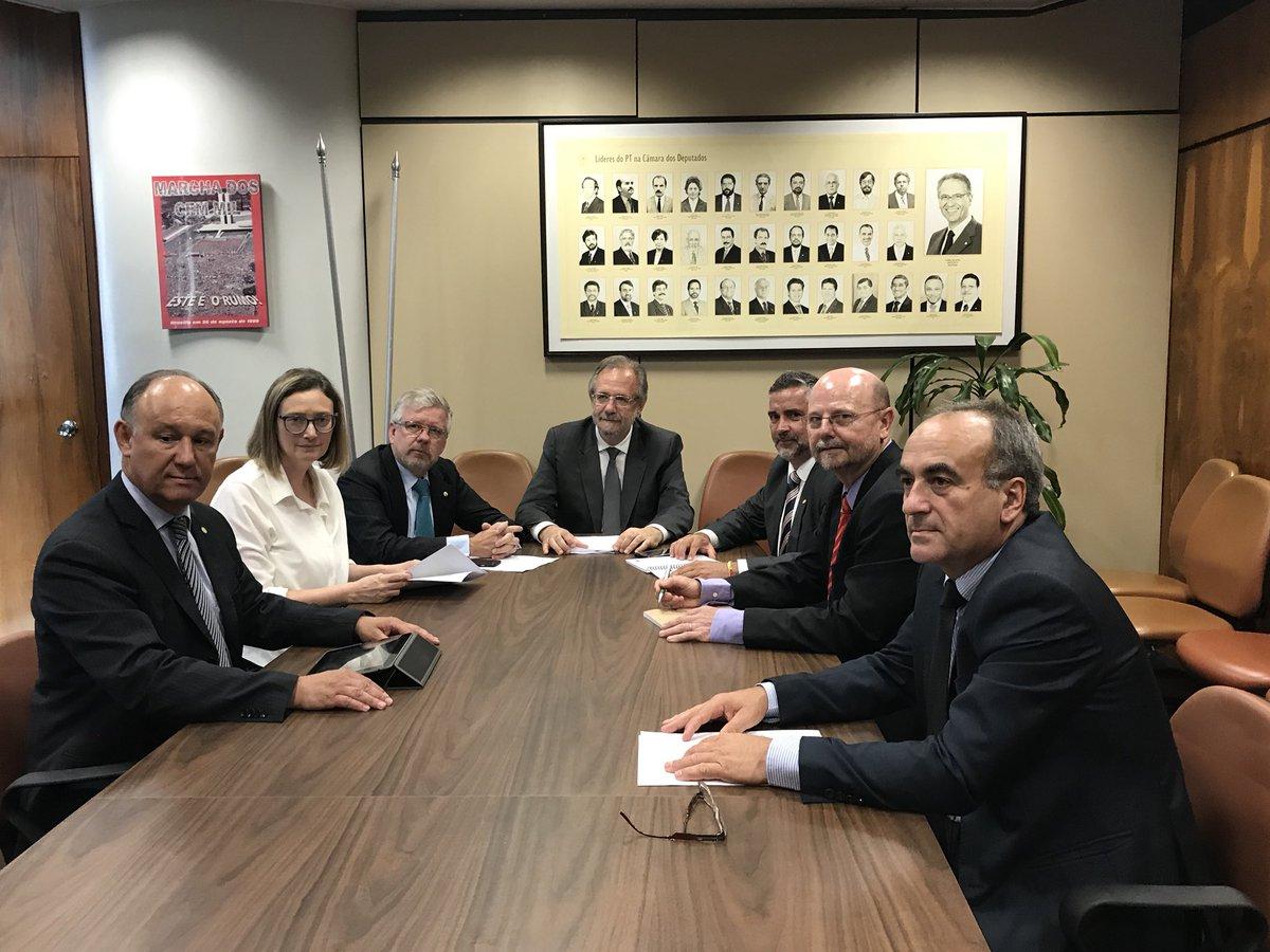 Bancada Federal do PT/RS, reunida com nosso pré-candidato a Governador, Miguel Rosseto. Nosso estado precisa de um programa altivo e firme de desenvolvimento.