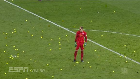 Na Alemanha, torcedores protestam contra jogos às segundas-feiras inundando campo com bolinhas de tênis https://t.co/YSrUffH4GM