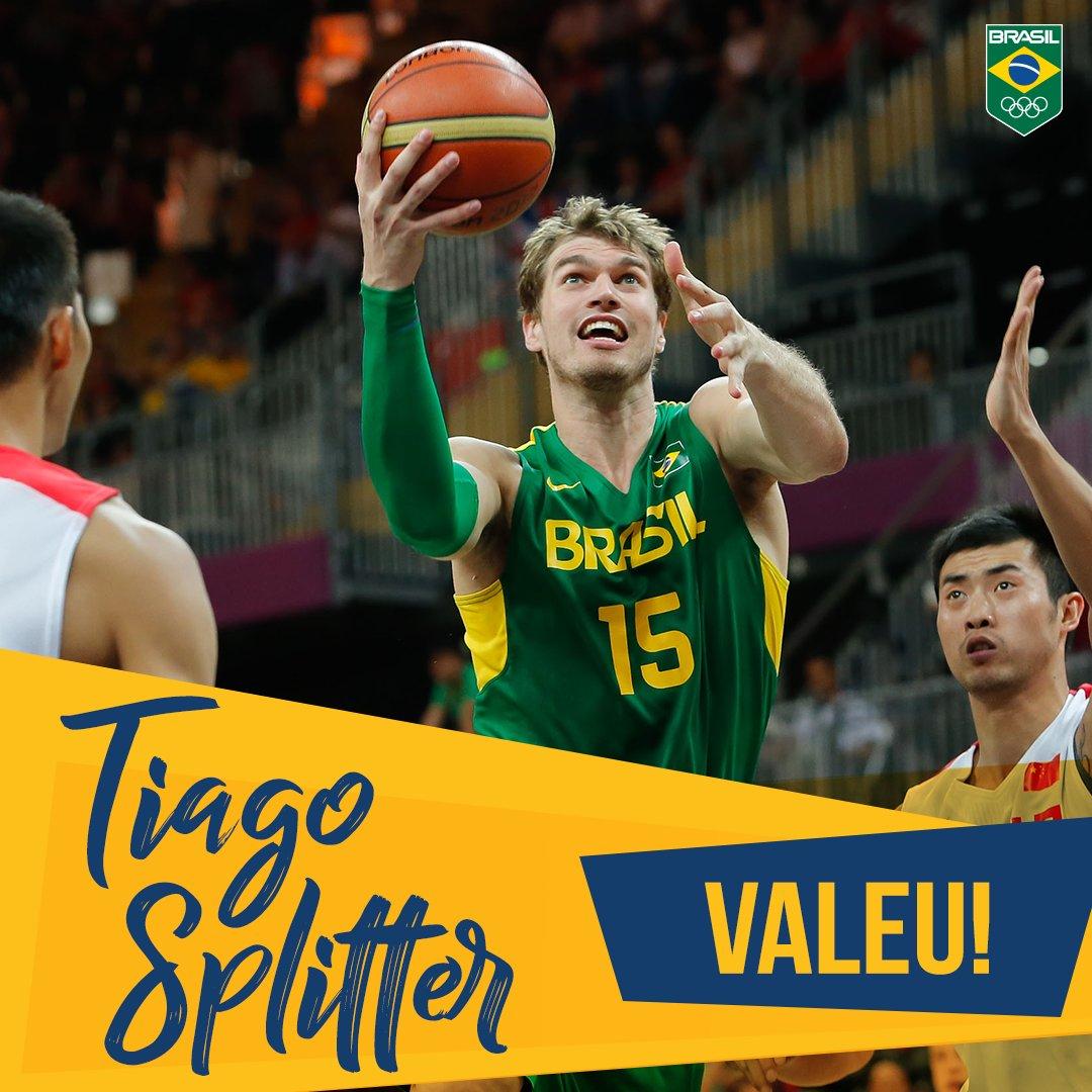 Foram 15 anos defendendo a camisa do #TimeBrasil, um ouro pan-americano e muitos momentos marcantes. Hoje, @tiagosplitter anuncia sua aposentadoria das quadras e fica aqui o nosso muito obrigado!🇧🇷🏀 #ValeuTiagoSplitter