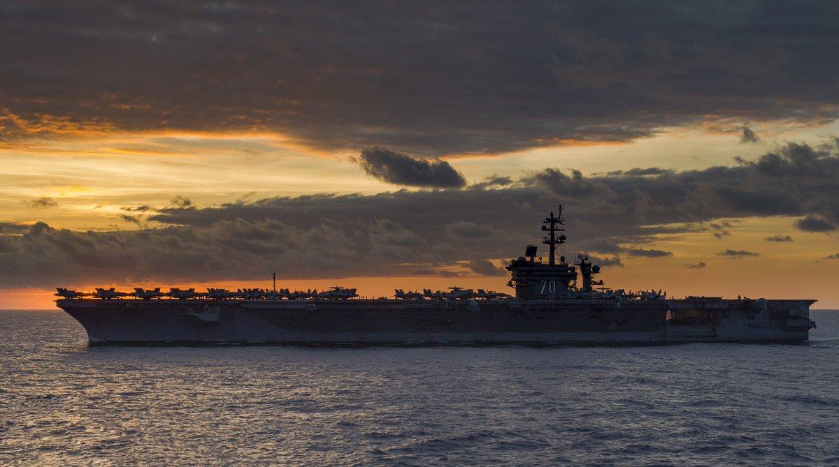南シナ海を航行する、空母カール・ヴィンソン。飛行甲板に並んだ艦載機たちのシルエットがいい感じです。