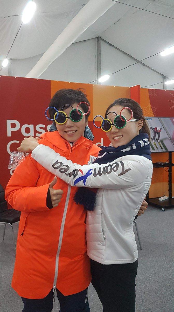 #スピードスケート 女子500mメダル授賞式前の、#小平奈緒 選手とイ・サンファ選手 ✨ @Nao_kodaira @speed_sanghwa #PyeongChang2018 #olympics