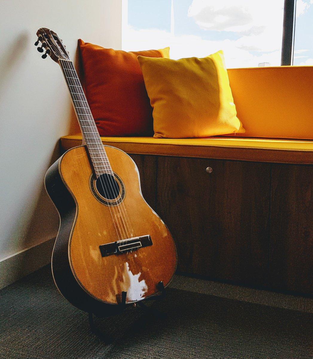 Um cantinho desses e um violão, não prec...