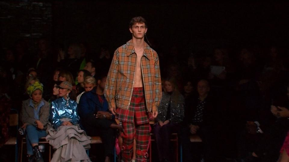 LGBT rainbow stars at Christopher Bailey's last Burberry collection https://t.co/5Mo9T9GCut