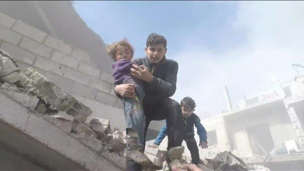 O momento em que crianças são resgatadas de escombros após bombardeio na Síria https://t.co/qEoKu1ZNHU #G1