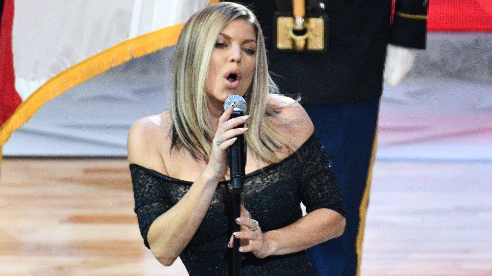 Vídeo: Fergie se desculpa após cantar versão 'sexy' do hino dos EUA - https://t.co/Da2N5CzrQm