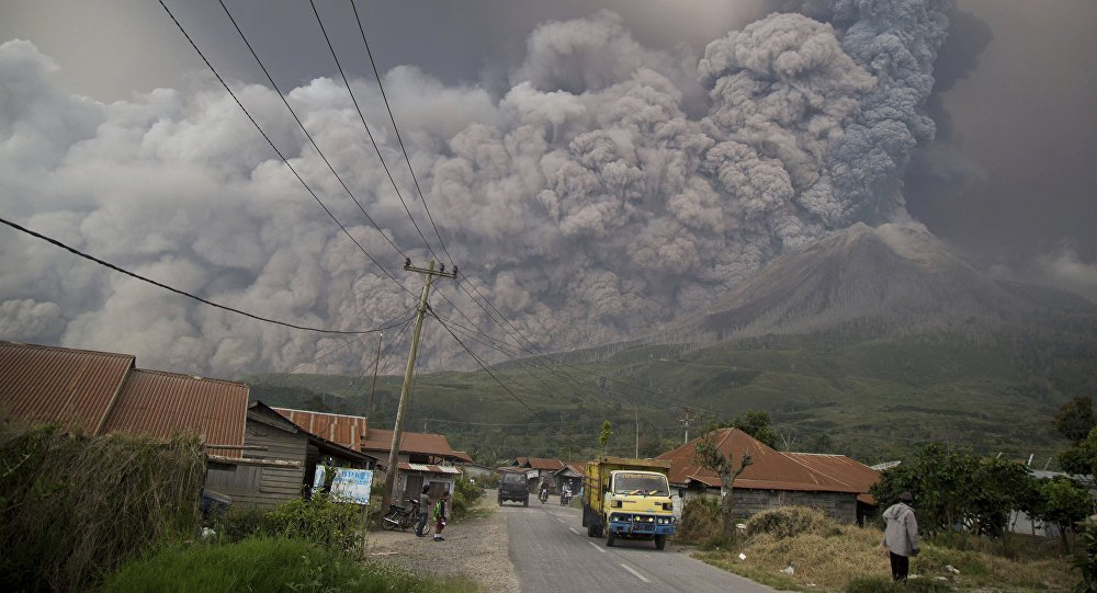 New skyline: Indonesian #volcano's dome blown apart by latest eruption (PHOTOS) https://t.co/33V1yTj3rq #Indonesia #MountSinabung