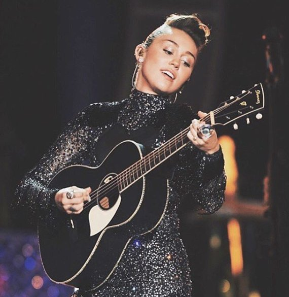 Honestly, Miley is so beautiful inside & out. #Smilers #BestFanArmy #iHeartAwards
