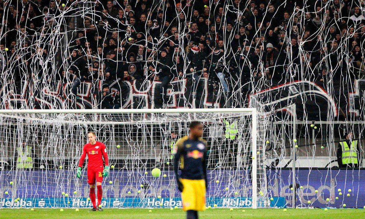 In Bundesliga protesta contro il calcio di lunedì: tirano palline da tennis  ... - https://t.co/WAfGelpLUT #blogsicilianotizie #todaysport