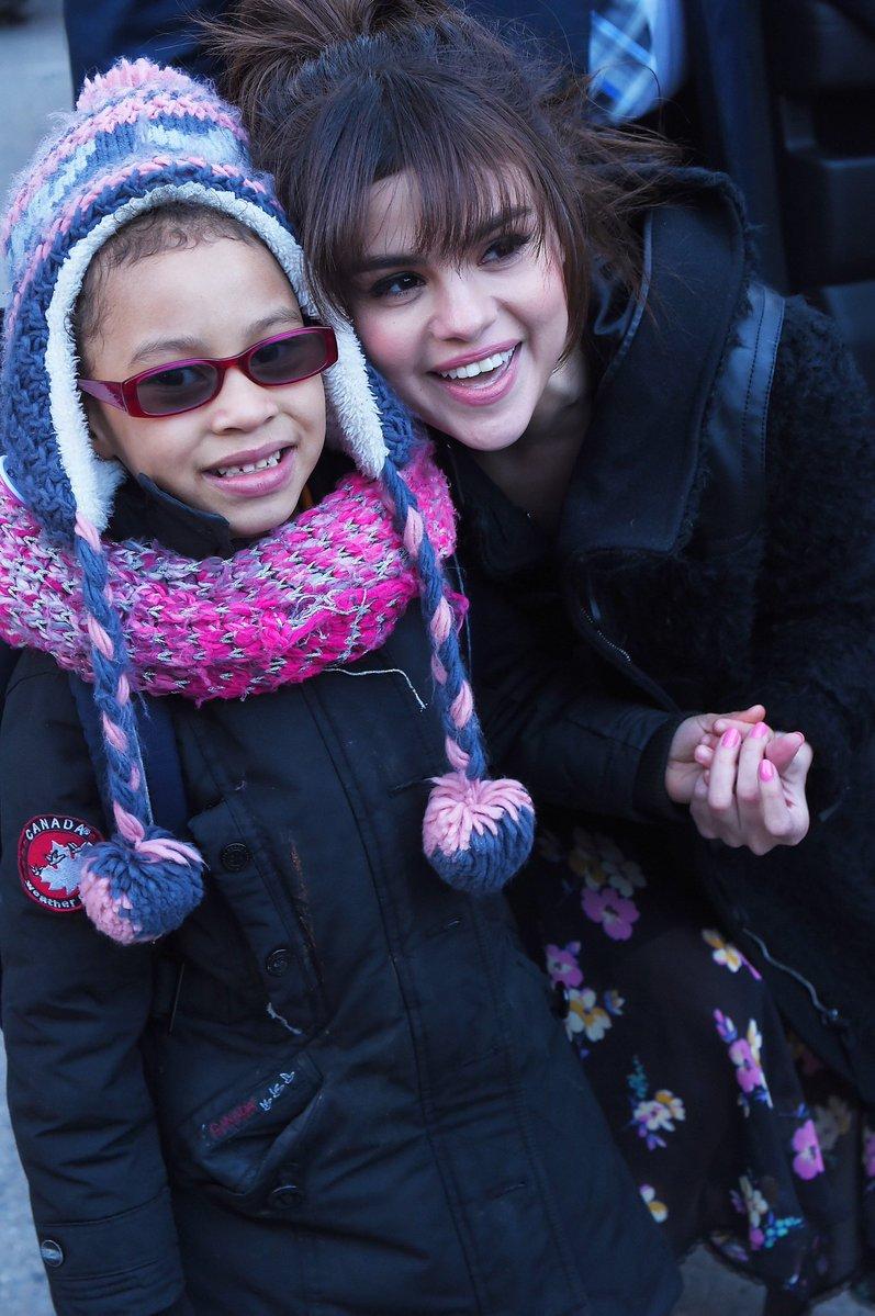 [Nueva Foto] Selena con un fan en Nueva...
