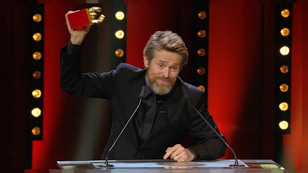 Willem Dafoe recibe el Oso de oro a toda...