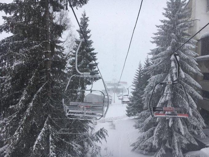 ¡Así amanece en #Candanchú! Tenemos 13,5 kilómetros esquiables de #nieve polvo, 22 pistas, 12 remontes y un espesor de 80 a 210 cm. ¿Te vienes?☃️☃️   👉Más info: https://t.co/hXhHr2zu5W