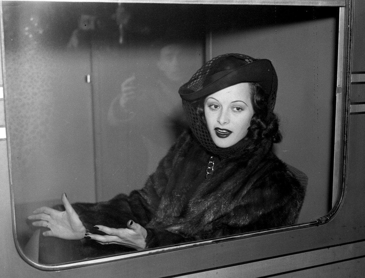 Hedy Lamarr était à la fois une star hollywoodienne et co-auteure dun système secret de communication applicable aux torpilles radio-guidées. Plongez la vie hors-norme de cette femme libre.    franceculture.fr/emissions/une-…