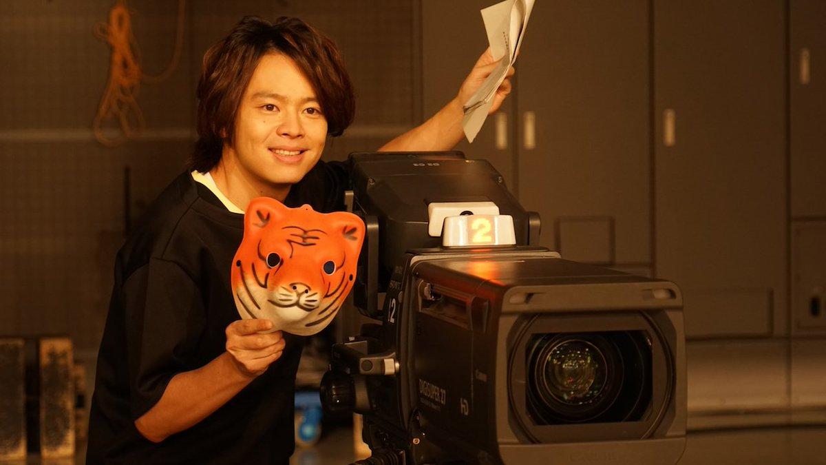 第12話コント収録時のオフショットです! 快く楽しいポーズをしてくださる 中川晃教 さん♡ お面を持