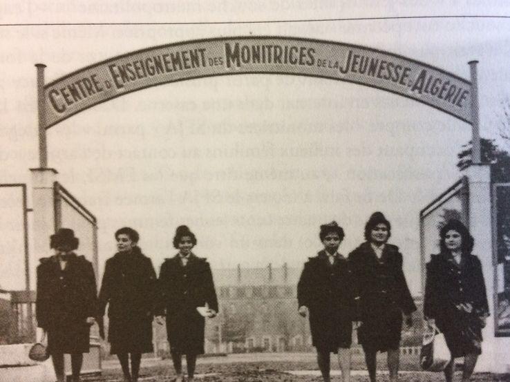 A partir de 1958, 400 jeunes femmes issues de toutes les communautés présentes en Algérie sont formées à Nantes pour mener un travail relationnel avec les familles, alphabétiser et dispenser aux filles un enseignement ménager. Témoignages. franceculture.fr/emissions/la-f…