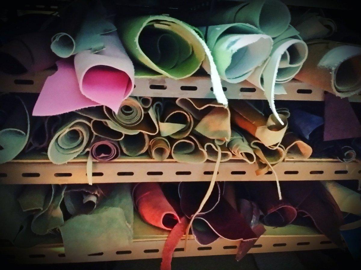 #BuenosDiasATodos #piel y #cuero en la trastienda, donde damos rienda suelta a nuestra creatividad. EL SABATER #Valencia  c/ ramiro de maeztu n°43 bajo izda 46022 #artesanía #Accesorios #cuero #leather #cinturones #bolsos #monederos #mochilas etc