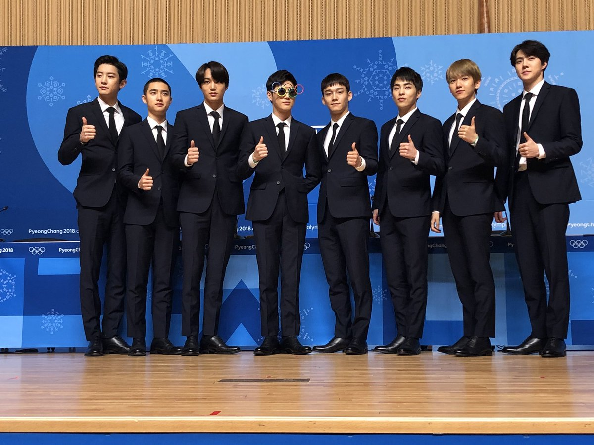 EXO taking a moment with media 👏 @weareoneEXO #EXO #엑소 #ClosingCeremony