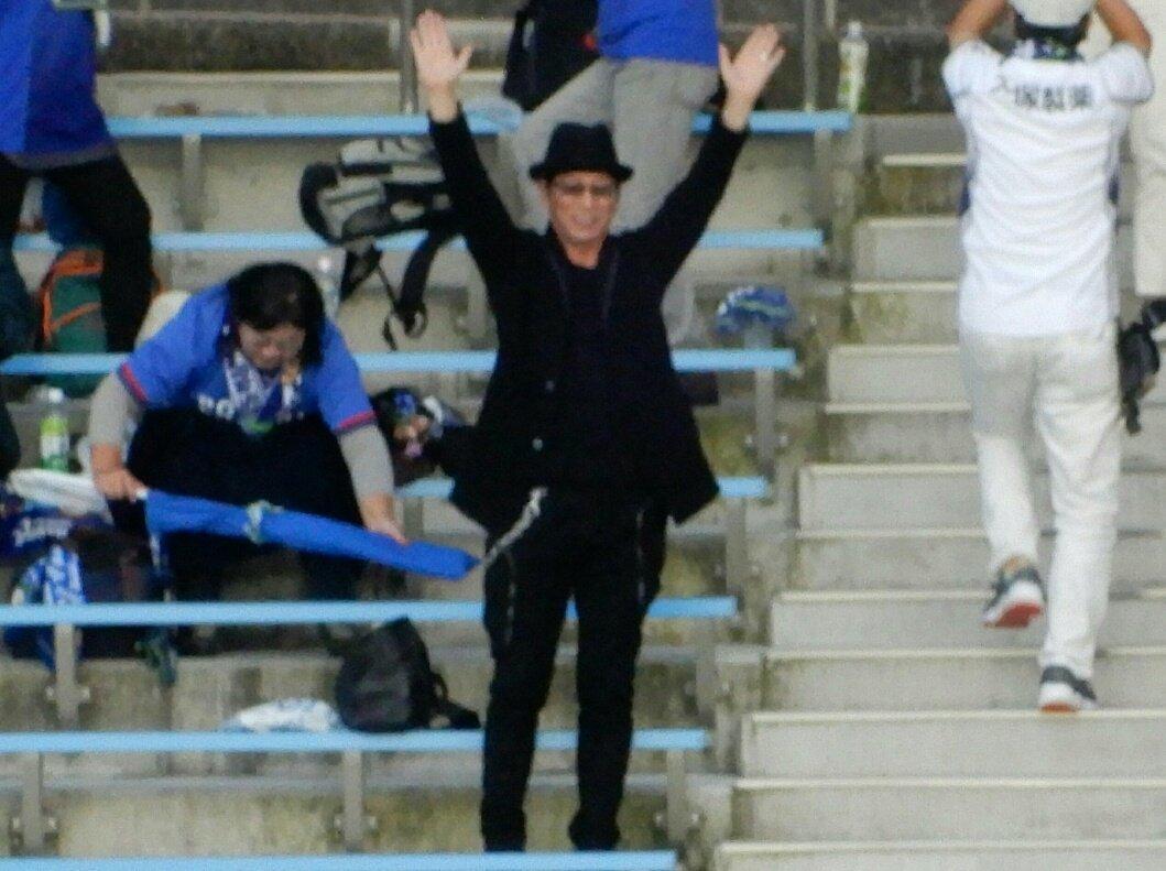 サッカー観戦する大杉漣さん、かっこいいから見て。