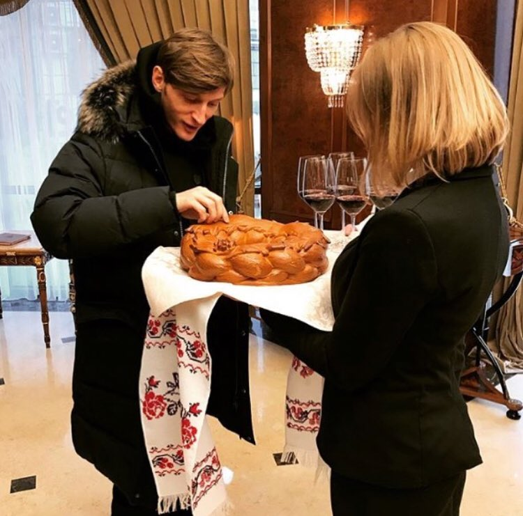 Кишинёв встретил хлебом-солью. Ответил  шуткой-смехом.