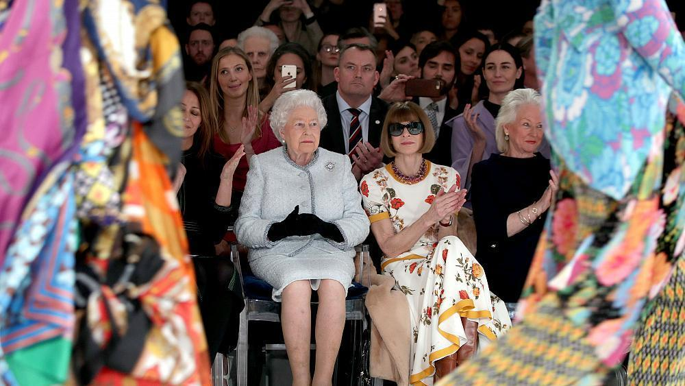 La reina Isabel II y Anna Wintour, junta...