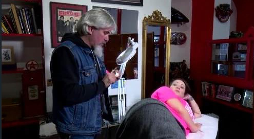 #VIDEO: Elaine Crowley honours terminally ill friend Emma Hannigan by getting a tattoo in aid of Breast Cancer Ireland https://t.co/ctV8KeQB7d