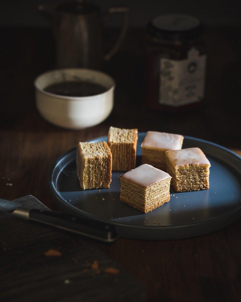 バームクーヘンはオーブンかオーブントースターがあればおうちで作れます。型で焼くので四角いバームクーヘンになります。一層一層焼いて行くので手間はかかりますが味は本格的で木目も綺麗に出ます。  #バームクーヘン #お菓子作り
