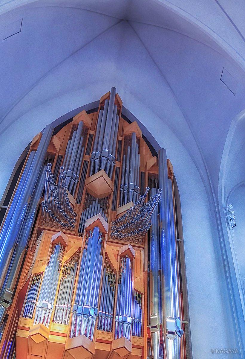 アイスランドの首都レイキャヴィークの教会ではパイプオルガンが大音響で演奏されていました。タイミングさえ合えばパイプオルガンを聴きながら外で激しく舞うオーロラ鑑賞もありかと想像してゾクゾクしました。オーロラの写真は二日後にアイスランドで撮影したものです。(以前の写真より)