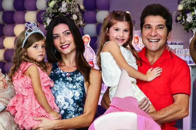O @cantordaniel se derreteu ao falar das filhas Lara e Luiza em entrevista exclusiva para a TV CARAS. Assista! https://t.co/SsfYHdQoQa