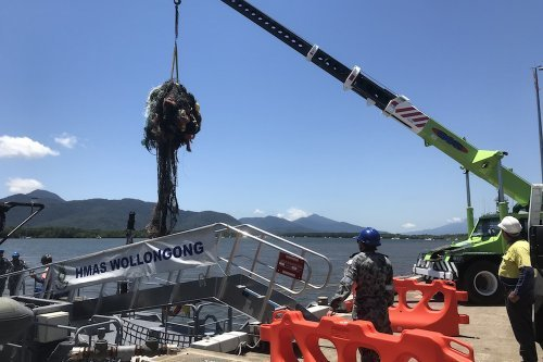 Navy recovers fishing net from reef http...
