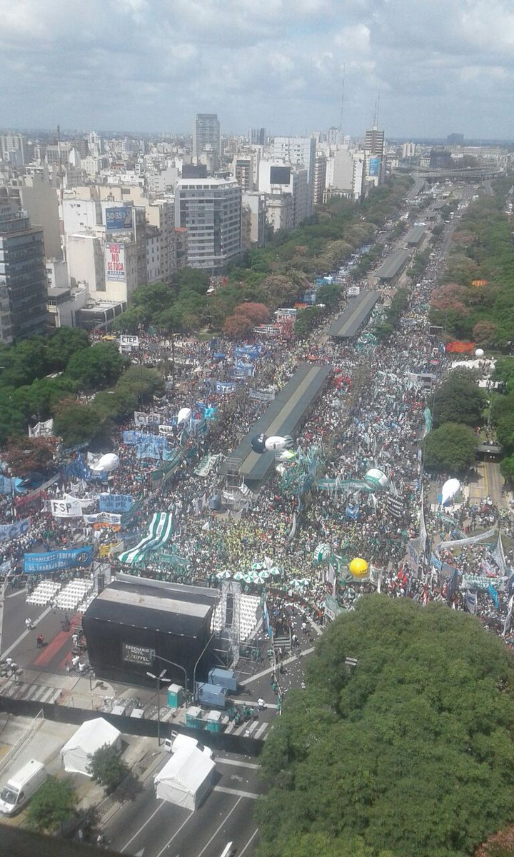 Esta multitud no salió por Moyano; salió por Macri. https://t.co/5RnAmAcdB7