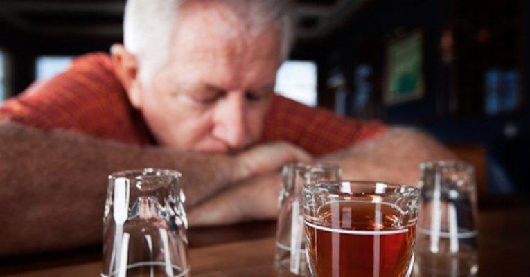 Família tem papel fundamental no tratamento do alcoolismo entre idosos Sentimentos de depressão e solidão podem levar ao abuso de álcool, prejudicando o organismo de pessoas da terceira idade. Entenda: https://t.co/jePPczW8d1