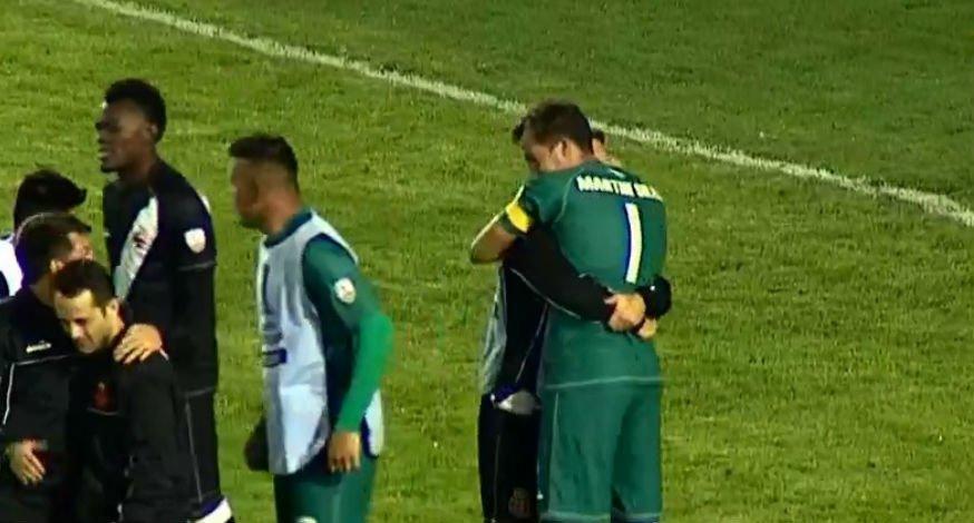 De camisa verde, com o número 1, o homem que todo vascaíno gostaria de abraçar na noite desta quarta