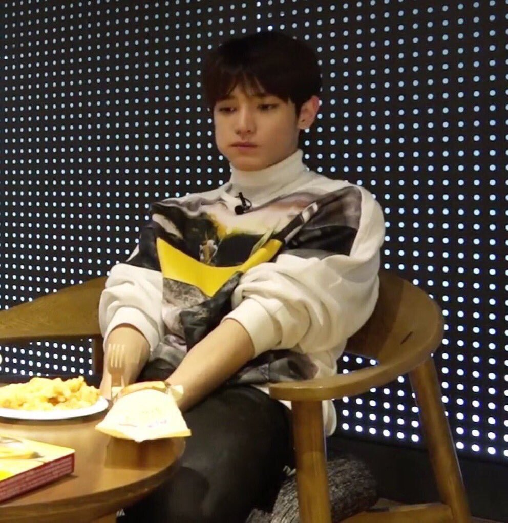 Here waiting for mark and jungwoo's pics...