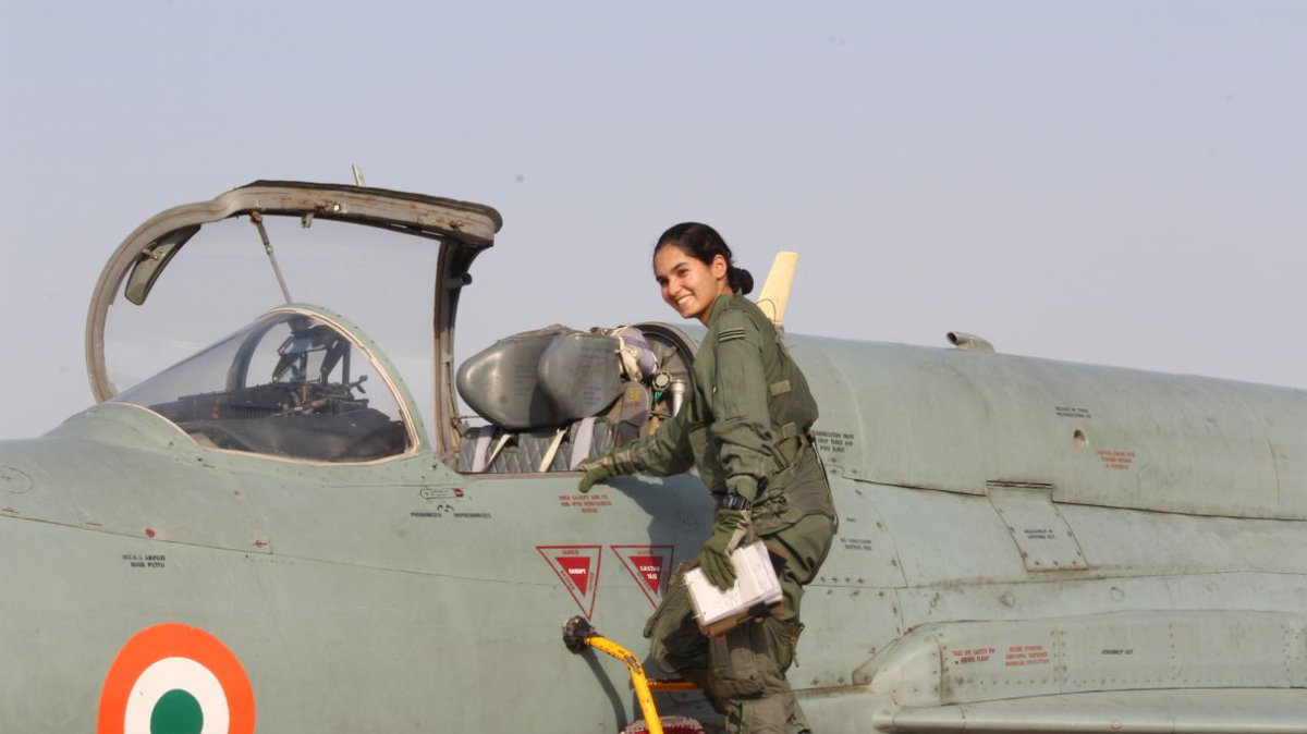 CONGRATULATIONS! Flying Officer #AvaniChaturvedi became the first Indian woman💪 to fly a fighter aircraft MiG-21 bison solo🇮🇳